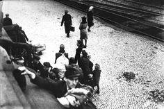 """""""Wer hamstert, gehört ins Zuchthaus, wer nicht hamstert, ins Irrenhaus"""": Dieser Spruch machte in den Notzeiten nach dem Krieg die Runde. Hamstern, also aufs Land fahren und dort Besitztümer gegen Naturalien zu tauschen, war streng verboten - wer in eine Kontrolle geriet, musste alles abgeben. Dennoch fuhren die Menschen gerade am Wochenende zu Tausenden zu den Bauern, um ihre letzten Habseligkeiten einzutauschen. Das Foto zeigt """"Hamsterer"""" im Jahr 1946 auf einem Bahnhof. Kalter Winter, Concert, Farmers, War, Death, Circuit, Concerts"""