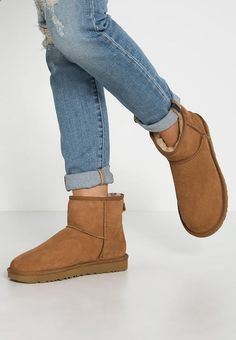 UGG CLASSIC MINI II Shoes – Boots – chestnut cognac: € at Zalando (as of Delivery and free returns and free customer service on 0800 915 Source by jalilagerard Teen Fashion, Fashion Shoes, Womens Fashion, Style Fashion, Runway Fashion, Fashion 2017, Classic Fashion Trends, Ankle Boots, Shoe Boots