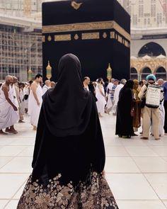 Ya Allah yaa rabbku 😥😥😭😭❤❤❤ missing rindukabah labbaikallahhummalabbaiik onlyyou Islamic Girl Images, Muslim Images, Muslim Couple Photography, Girl Photography Poses, Hijabi Girl, Girl Hijab, Muslim Girls, Muslim Couples, Niqab