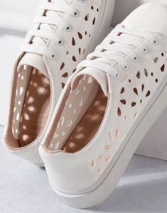 Best Baskets & Sneakers 2017/2018 : Bershka  Detalles  Bamba Troquelada Bershka Tenis Adidas, Pretty Shoes, Beautiful Shoes, Mexico Fashion, White Sneakers, White Shoes, Shoe Boots, Sock Shoes, Shoes Sandals