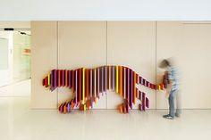 Rai Pinto y Dani Rubio crean el escondite de los animales en el hospital infantil Sant Joan de Déu, en Barcelona