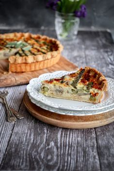This is a great and delicious recipe for an asparagus quiche with an italian twist. Made with crispy prosciutto, parmigiano cheese and mozzarella. www.twosisterslivinglife.com #healthydinner #quickandeasydinner #quiche #vegetablequiche #asparagusquiche #asparagustarte #italianquiche #asparagusrecipes #spargel Asparagus Quiche, Vegetable Quiche, Prosciutto Recipes, Great Recipes, Healthy Recipes, Unprocessed Food, Spring Recipes, Fruits And Veggies, Organic Recipes