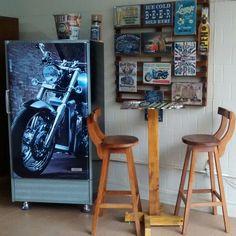 Ambiente decorado, geladeira antiga Adesivada, tendência para área de lazer, sacada, churrasqueira.