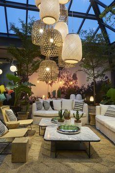 Dans le loft AMPM on peut jouer l'accumulation tant l'espace est grand : multiple suspension, beaucoup de canapé et de plantes vertes le tout dans des matières naturelles : rotin, bambou, lin, coton marbre...