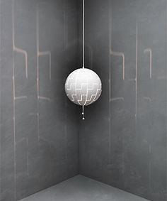 GIF der IKEA PS 2014 Hängeleuchte in Weiß/Türkis zeigt, wie sich der Schirm öffnet und an den Wänden ein Lichtmuster entstehen lässt
