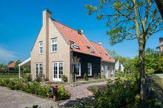 Burchtvilla Schuylenburg met opties als veranda en uitpandige schoorsteen. Style At Home, Cabin, Mansions, House Styles, Design, Home Decor, Tutorials, Decoration Home, Manor Houses