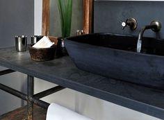 Wer den typisch grau-schwarzen Farbton mag ist mit Schiefer Waschtischen gut beraten.