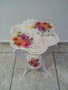 Hermosa mesa con estante abajo. Decoupage.