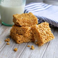 Peanut Butter Rice Crispy Treats (with NO marshmallows!) A naturally sweetened peanut butter treat with a crisp rice texture. These Peanut Butter & Honey Rice Krispie Treats are sure to satisfy your sweet-tooth! Rice Crispy Treats, Healthy Treats, Krispie Treats, Healthy Rice, Healthy Recipes, Easy Recipes, Healthy Eating, Peanut Butter Rice Crispies, Rice Krispies