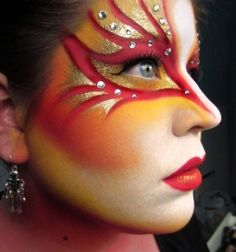 une fille et son maquillage rouge et doré pour Halloween
