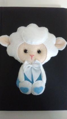 Lembrancinha Ovelhinha menino ou menina.  Confeccionado em feltro e enchimento de fibra siliconada.  Este produto destina-se somente para decoração e não deve ser utilizado como brinquedo.