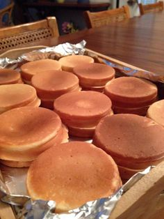 After 20 minutes or so, the wheel cake maker cranked out these bad boys. Recipe makes No Bake Desserts, Just Desserts, Taiwan Street Food, Asian Desserts, Asian Snacks, Japanese Desserts, Baking Recipes, Cake Recipes, Wheel Cake