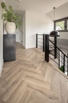Waanzinnig gave PVC visgraat vloer! Pvc Flooring, Modern Flooring, Hallway Flooring, House Goals, Home Decor Inspiration, Home And Living, Living Room, Home Interior Design, Modern Interior