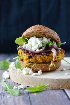 Zoete aardappel burger met feta en rode ui Veggie Recipes, Vegetarian Recipes, Healthy Recipes, Healthy Food, I Love Food, Good Food, Yummy Food, Tapas, Sandwiches