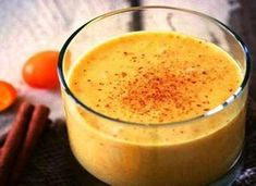 How to best start your day with? Imagine an amazing antioxidant-loaded smoothie that is full of medicinal benefits. This turmeric smoothie recipe will be ideal for you. Healthy Reasons for Taking Turmeric Turmeric belongs to the rhizomatous. Smoothie Curcuma, Turmeric Smoothie, Juice Smoothie, Antioxidant Smoothie, Power Smoothie, Smoothie Detox, Healthy Smoothies, Healthy Drinks, Healthy Recipes