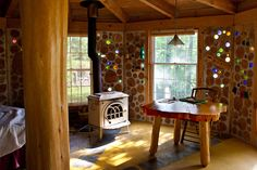 Cord wood house with glass bottles in the walls. Casas Cordwood, Cordwood Homes, Fire Pit Furniture, Modern Contemporary Homes, Contemporary Architecture, Bottle Wall, Natural Homes, Earth Homes, Natural Building