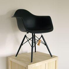 Charles Eames Replica DAW wit. Deze mooie reproductie is verkrijgbaar in diverse kleuren. Ook verkrijgbaar met een walnoot houten onderstel