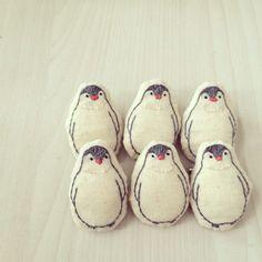 まん丸おなかがかわいい。ペンギン赤ちゃんの刺繍ブローチです。