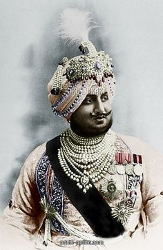 Maharaja Bhupendra Singh of Patiala (India), Wears an aigrette (Sarpech) by Cartier and various other turban ornaments plus fourteen strands of natural pearls. Royal Indian, Royal Jewelry, Bling Jewelry, Jewellery, History Of India, Vintage India, Cartier, Great King, Patiala