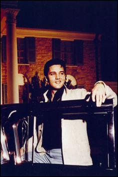 Elvis Presley - At Graceland Elvis Presley House, Elvis Presley Graceland, Elvis Presley Pictures, Elvis Presley Music, Graceland Mansion, Elvis Cd, Bobby Vinton, Elvis Memorabilia, Burning Love