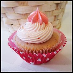 A Baking Adventure: Sprinkles' Strawberry Cupcakes Cupcake Shops, Cupcake Bakery, Strawberry Cupcake Recipes, Pie Decoration, Healthy Cupcakes, Sprinkle Cupcakes, Cupcake Images, Cookie Pie, Love Cake