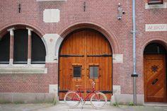 #amsterdam #bicycles #veloretti #velorettiamsterdam #design #bike #netherlands #dutch #designbike #wall #spotted #color #dakotared #dakota #red #building #colour #bridge