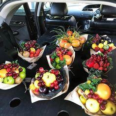 New Fruit Bouquet Kids Edible Arrangements 47 Ideas Fruit Flower Basket, Fruit Box, New Fruit, Candy Bouquet Diy, Food Bouquet, Fruit Packaging, Flower Packaging, Ikebana Arrangements, Edible Arrangements