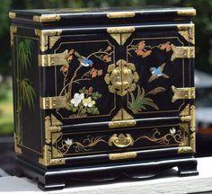 LARGE MID CENTURY CHINESE HAND PAINTED BLACK LACQUER JEWELRY BOX BIRDS BAMBOO