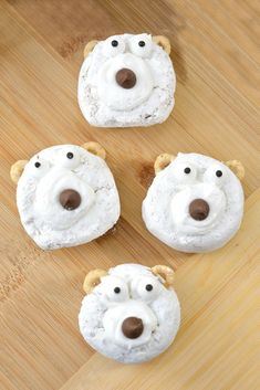 Easy DIY Polar Bear Christmas Donuts - Use store-bought mini powdered donuts to create these cute little animal Christmas treats in just a few quick minutes. They're the perfect winter dessert for kids Christmas party snack ideas! Christmas Party Snacks, Christmas Donuts, Christmas Breakfast, Holiday Treats, Christmas Recipes, Kids Christmas Treats, Christmas Diy, Holiday Fun, Winter Desserts