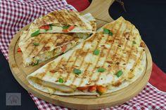 Quesadilla cu pui - CAIETUL CU RETETE Vol Au Vent, Good Food, Yummy Food, Romanian Food, Shawarma, Homemade Cakes, Fajitas, Food Videos, Chicken Recipes