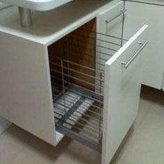 Exemplo: gabinete de pia com tulha/cesto deslizante para roupas sujas