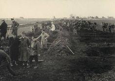 1944,In verband met inundaties leggen tewerkgestelde arbeidskrachten een dijk aan ten noorden van Hillegersberg.