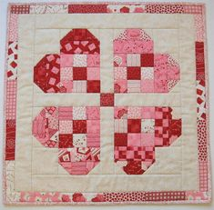 Sewing Quilts Stitching With 2 Strings: Tutorial: A Quick Valentine Table Topper Nine Patch, Colchas Quilting, Quilting Projects, Quilting Designs, Sewing Projects, Heart Quilt Pattern, Quilt Block Patterns, Quilt Blocks, Crochet Patterns