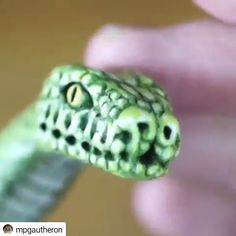 How to make a snake sculpture - Pottery Videos - Polymer Clay Sculptures, Polymer Clay Animals, Cute Polymer Clay, Polymer Clay Projects, Sculpture Clay, Diy Clay, Polymer Clay Halloween, Pottery Sculpture, Clay Videos