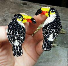 Купить или заказать Вышитая брошь 'Тукан' в интернет-магазине на Ярмарке Мастеров. БЕЛОГРУДЫЙ ТУКАН— птица экзотическая, но это только с виду. А вот по характеру он — совершеннейшая ворона: хитрый, веселый, любопытный, вороватый и чрезвычайно предприимчивый. Белогрудый тукан, один из самых популярных одомашненных туканов, имеет все основания для того, чтобы гордиться своим клювом, да и всей своей дивной внешностью в целом. Рост у белогрудого тукана приличный, около полуметра...