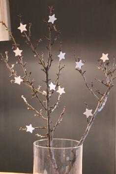 Con ramas de árboles y estrellas de purpurina se puede conseguir una muy resultona decoración para navidad.