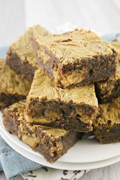 Vegan Peanut Butter Banana Brownies, a delicious made from scratch vegan ooey-gooey brownie that is loaded with peanut butter, chocolate, and bananas! Healthy Deserts, Healthy Cake, Healthy Baking, Raw Food Recipes, Sweet Recipes, Baking Recipes, Raw Carrot Cakes, Banana Brownies, Vegan Peanut Butter