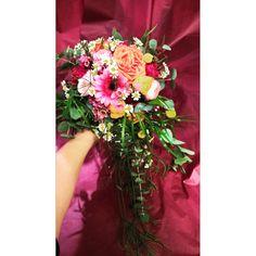 Brudebukett i friske farger. Glass Vase, Instagram Posts, Decor, Decoration, Home Decoration, Decorating, Deco, Ornaments