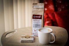 Kronotrop Kolombiya Aromas Del Sur Çekirdek Kahve, yoğun krem karamel tatlılığında ve canlılık katan çikolata kaplı portakal notaları sunan, kadifemsi dokulu, temiz ve damakta kalıcı bir bitiş sunan müthiş bir kahve.