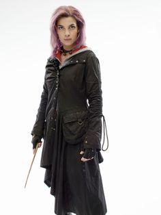 """Nymphadora Lupin, geb. Tonks (* 1973, † 2. Mai 1998) verabscheut ihren Vornamen, weshalb sie am liebsten nur """"Tonks"""" genannt werden will. Der Name bedeutet Geschenk der Nymphen und wurde von Tonks' Mutter ausgewählt. Sie tritt zum ersten Mal in Harry Potter und der Orden des Phönix auf, als sie mit anderen aus dem Orden Harry am Ligusterweg Nr. 4 abholt. Sie ist oft sehr ungeschickt und so zerdeppert sie auch hier ein Glas in der Küche, anstatt leise zu sein. Sie ist sehr begeis..."""