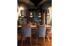 El comedor muestra un estilo sofisticado y formal de la mano de detalles como la importante mesa de los años 50 y sillas retapizadas en terciopelo del mismo tono que las paredes. El toque impactante está dado por los cuatro artefactos colgantes.  /Daniel Karp