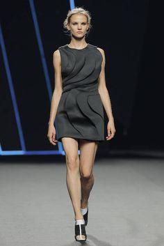 Amaya Arzuaga exhibe sus propuestas para primavera-verano 2016 sobre la pasarela de Mercedes-Benz Fashion Week Madrid - Ediciones Sibila (Prensapiel, PuntoModa y Textil y Moda)
