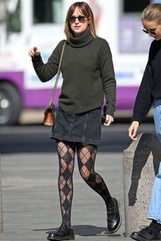 Dakota Johnson goes Nineties in button down skirt and patterned tights - Celebrity Street Style Dakota Johnson Street Style, Dakota Style, Dakota Jhonson, Alexa Chung, Jeanne Damas, Pantyhosed Legs, Dakota Mayi Johnson, Patterned Tights, Looks Chic
