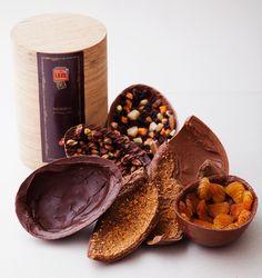 Ovo de Páscoa com chocolate amargo, 70% de cacau, e pistache, da La Vie por Carole Crema. Na foto (divulgação), tem outras opções de ovos com damasco e mix de castanhas, por exemplo. Mas o de pistache é imbatível. R$ 69