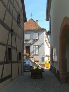 Ruelle entre le bureau d'accueil du Vignoble, la Mairie et la Poste de Scherwiller