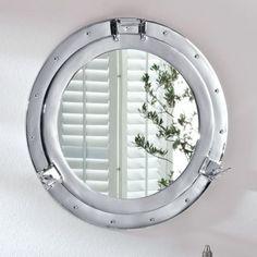 Dieser Spiegel ist ein echter Blickfang, das Design entspricht einem richtigen Bullauge.