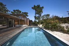 HABITAT N A T U R A L | Eco Tróia Resort Una villa, diseñada por 📐 @gss_arquitectos de forma ecológica. Busca respetar el hábitat natural de los animales, conservando las especies existentes, minimizando el impacto ambiental y fomentando la racionalización de los recursos. 🌿 Piscina revestida con mosaico ecológico Hisbalit | Referencia: MÁRMARA en color verde oscuro.  📸 @jgphoto.graphy Villas, Steel Framing, Pine Forest, Flat Roof, The Dunes, Ground Floor, Ecology, Habitats, Oasis