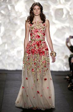 Los tejidos ligeros son la clave triunfar en las bodas de la temporada primavera verano. Esta es la propuesta de Naeem Khan es ideal para cualquier dama de honor.