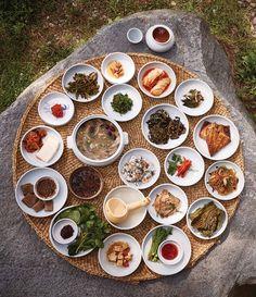 강릉 서지초가뜰의 질상. 단오가끝난 뒤 사람들이 휴식을 취하며 먹던 음식이다. 소나무와 대나무, 오곡, 진달래청으로 만든 송죽두견주를 곁들이니 신선놀음이 따로 없다. K Food, Food Menu, Good Food, Food Porn, Yummy Food, Best Korean Food, Table D Hote, Food Carving, Korean Dishes