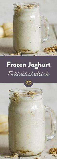 Cremiger Frozen Joghurt - verfeinert mit Bananen, Walnüssen und Honig - dieser Frühstücksdrink bringt die größten Morgenmuffel in Fahrt.